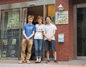 シネマの入り口にたつ笑顔の3人。