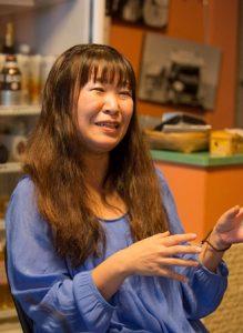 バリアフリー社会人サークルColors代表の石川さん。ゆったりした服を着た、髪の長い女性