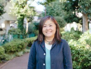 黒田さん正面。後ろに公園の緑がみえる。