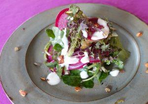 グレーな皿の盛られた彩の良いサラダ