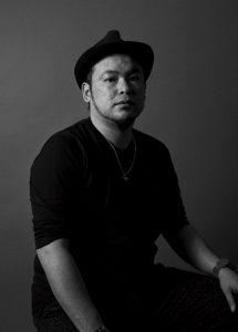 男性が1人こちらをむいている。現代美術家渡辺篤さん。