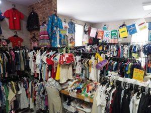 リサイクルショップ店内。子供服のコーナー。