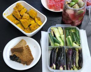 持ち寄った野菜たっぷりの食事